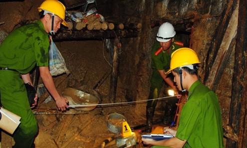 Công an tỉnh Lâm Đồng khám nghiệm hiện trường vụ sập hầm thủy điện sáng 20/12. Ảnh: Văn Thành/ VnExpress