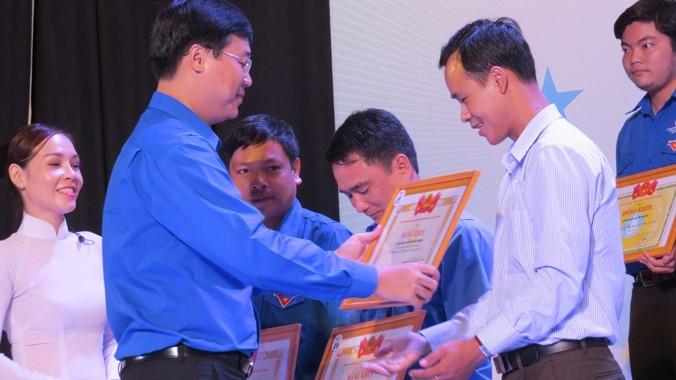 Anh Lê Quốc Phong, Bí thư BCH Trung ương Đoàn, Chủ tịch TW Hội Sinh viên Việt Nam trao tặng bằng khen cho các tình nguyện viên, người dân tham gia Tiếp sức mùa thi.