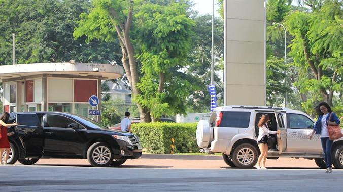 Khác hẳn sinh viên con nhà nghèo, nhiều sinh viên trường RMIT đến giảng đường với xe ô tô sang.