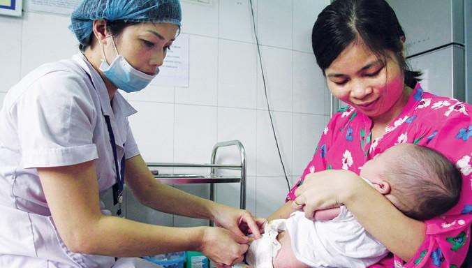 Tiêm vắc-xin phòng bệnh cho trẻ tại trung tâm y tế dự phòng số 70 Nguyễn Chí Thanh - Hà Nội. Ảnh: Ngọc Châu.