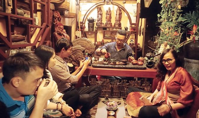 Nguyễn Cao Sơn trình diễn trà tại Cao Sơn trà thất đãi khách. Ảnh: L.A.