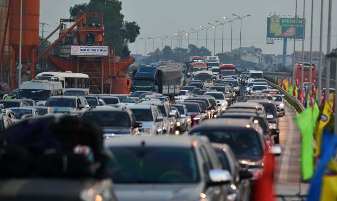 Cảnh hàng ngàn phương tiện tê liệt trên cao tốc Pháp Vân - Ninh Bình. Ảnh: Nguyễn Hoàn.