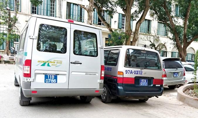Nhiều xe công thanh lý chưa bị thu hồi biển xanh. Ảnh minh họa: Phạm Thanh.