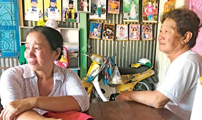 Vợ chồng ông Mã Văn Thương nước mắt ngắn dài chờ giải quyết.