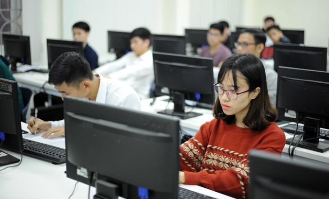 Sinh viên trường đại học quốc gia trong giờ nghiên cứu trên máy tính. Ảnh: Như Ý.
