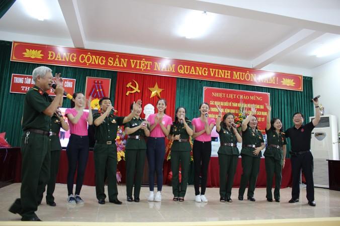 Tại buổi lễ, Nhà báo Lê Xuân Sơn và 3 thí sinh thay mặt BTC cuộc thi HHVN 2018 trao số tiền 50 triệu đồng đến đại diện trung tâm. Ảnh: Hoàng Lam.