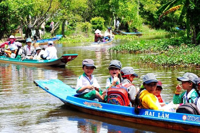 Trẻ em vùng sông nước đến trường.
