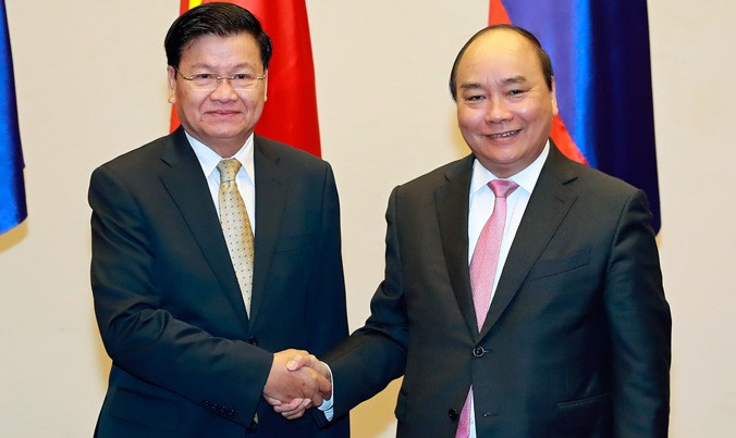 Thủ tướng Nguyễn Xuân Phúc đón Thủ tướng Lào Thongloun Sisoulith. Ảnh: TTXVN