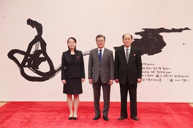 Tổng thống Hàn Quốc Moon Jae-in (giữa) cùng Chủ tịch Hội đồng nhân tối cao Triều Tiên Kim Jong-nam (phải) và cô Kim Yo-jong trong Phủ Tổng thống Hàn Quốc. Ảnh: Getty Images.