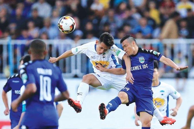 HAGL (áo trắng) và Bình Dương chia điểm trong trận đấu sân Pleiku chật kín khán giả. Ảnh: PV.