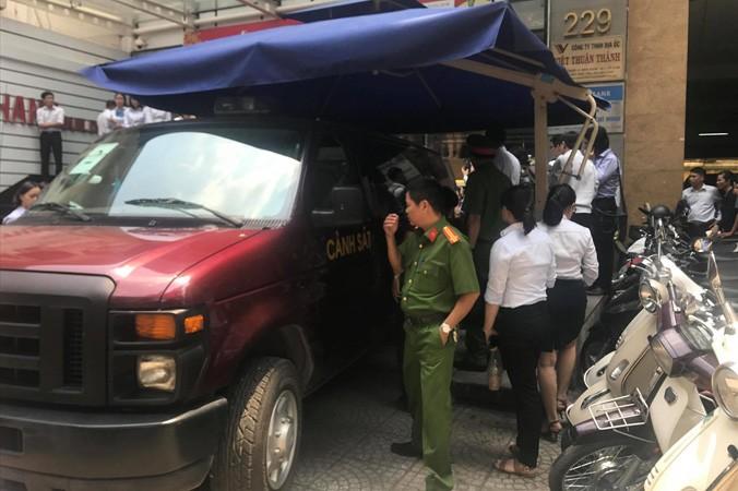 Cơ quan điều tra Bộ Công an tiến hành khám xét Ngân hàng Eximbank Chi nhánh TPHCM vào ngày 26/3. Ảnh: Ngô Bình.