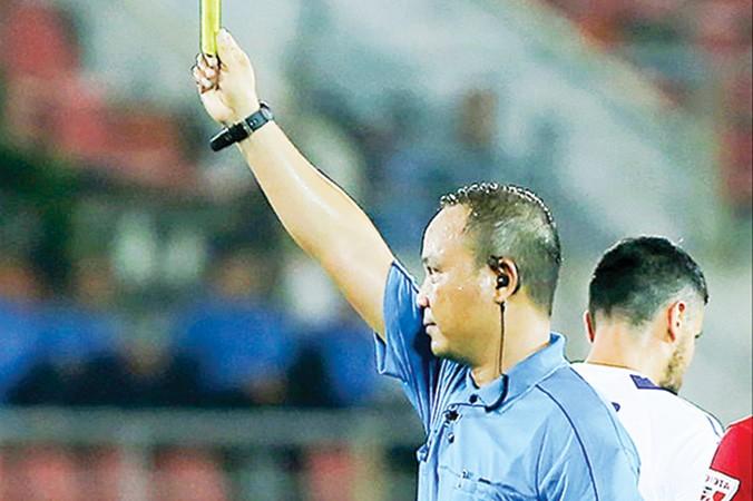 Trọng tài Văn Kiên mắc sai sót nghiêm trọng ở vòng 7 V-League. Ảnh: VSI.