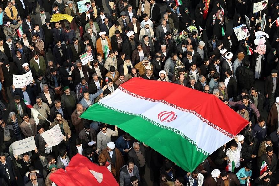Iran xác nhận đã bắt giam cựu lính Hải quân Mỹ. Trong ảnh là người dân Iran tuần hành ủng hộ Chính phủ trước tình hình khó khăn của đất nước