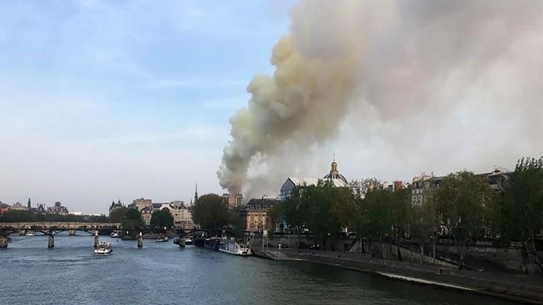 Nhà thờ Đức Bà Paris là công trình nổi tiếng không chỉ ở nước Pháp mà còn trên thế giới, mang đậm giá trị tôn giáo và nghệ thuật, đã bất ngờ gặp hỏa hoạn