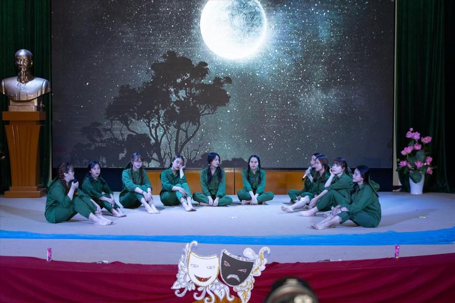Tác phẩm 10 cô gái Ngã ba Đồng Lộc gây xúc động mạnh, xứng đáng giành giải Nhất cuộc thi. Ảnh: Tiến Sĩ
