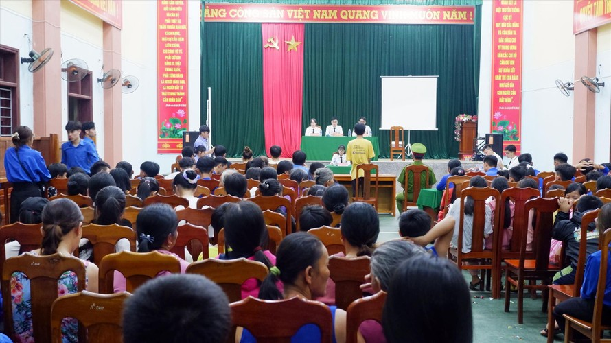 Phiên tòa giả định của sinh viên thu hút đông đảo người dân xã Hiệp Hòa. Ảnh: Thành Văn