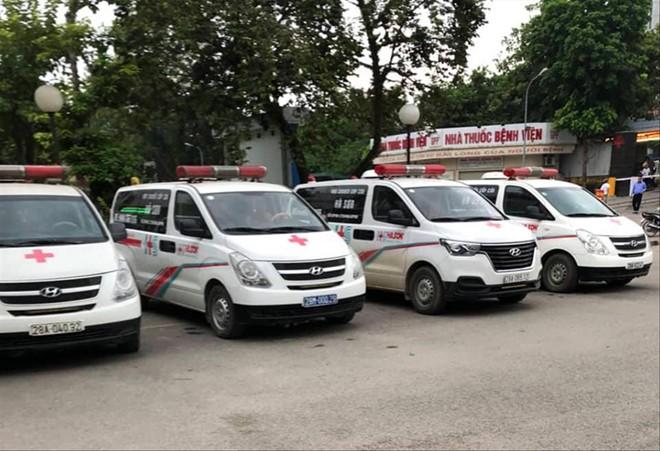Loạt xe cấp cứu thường xuyên túc trực trong Bệnh viện Hòa Bình