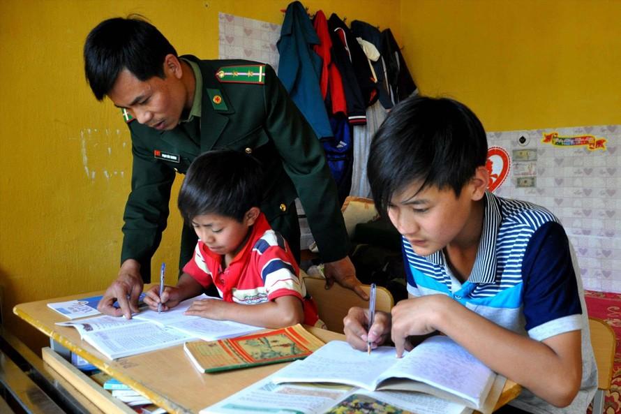 Hai em nhỏ mồ côi cha mẹ được Đồn Biên phòng Thu Lũm (Lai Châu) nhận nuôi dưỡng trong chương trình Nâng bước em tới trường. ẢNH: PV