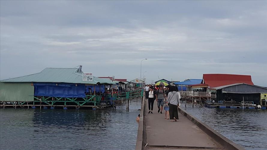 Bến cảng làng chài Hàm Ninh bị quán nhậu bủa vây. Chính quyền địa phương tỏ ra bất lực?