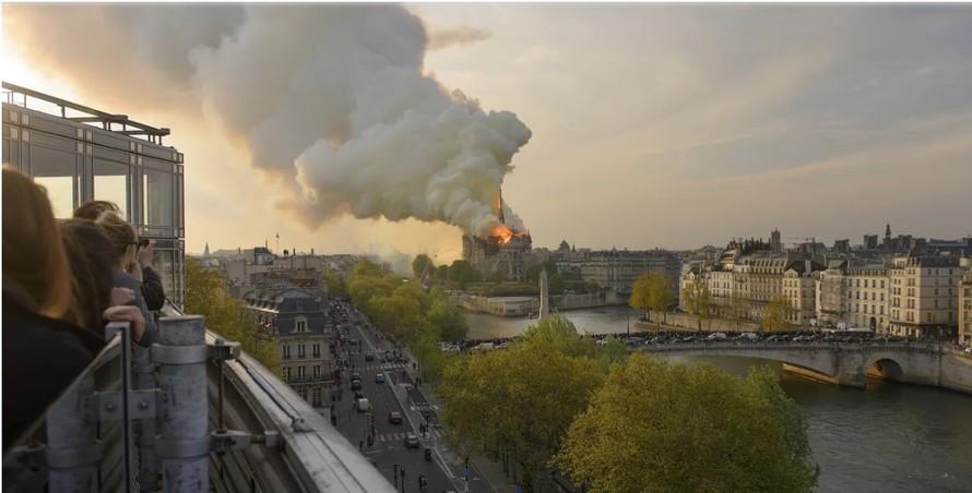 Hình ảnh Nhà thờ Đức Bà Paris chìm trong lửa. Ảnh: Time