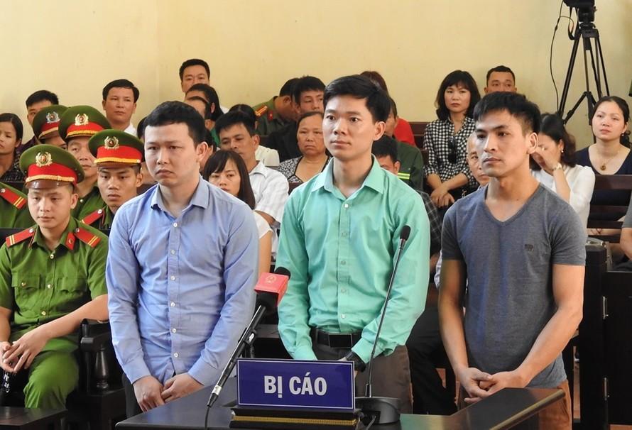 Bị cáo Trần Văn Sơn, Hoàng Công Lương, Bùi Mạnh Quốc tại phiên tòa liên quan đến sự cố chạy thận. Ảnh: Nguyên Khang