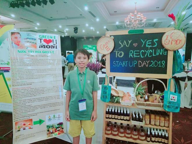 Nguyễn Hữu Hoàng bên những sản phẩm của mình tại cuộc thi Startup Wheel 2018. Ảnh: CTV