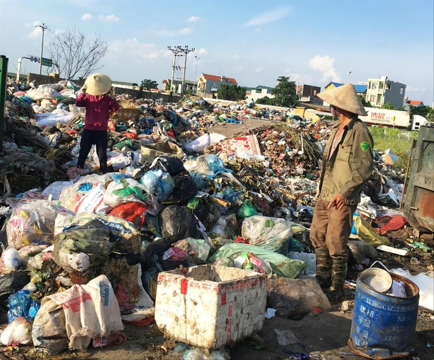 Rác thải đổ tràn lan, ùn ứ gây tình trạng ô nhiễm tại xã Liên Phương