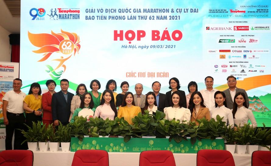 BTCchụp ảnh lưu niệm cùngnhà tài trợ, đơn vị đồng hành, người đẹptại họp báo ở Hà Nội ngày 9/3.Ảnh: Như Ý