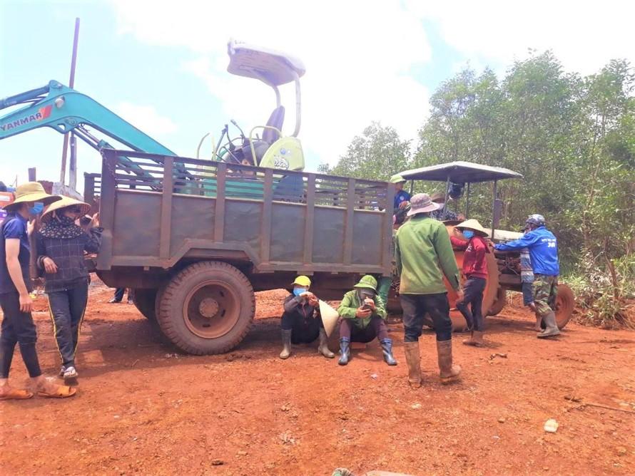 Người dân tụ tập, ngăn cản thi công Nhà máy điện gió Nam Bình 1