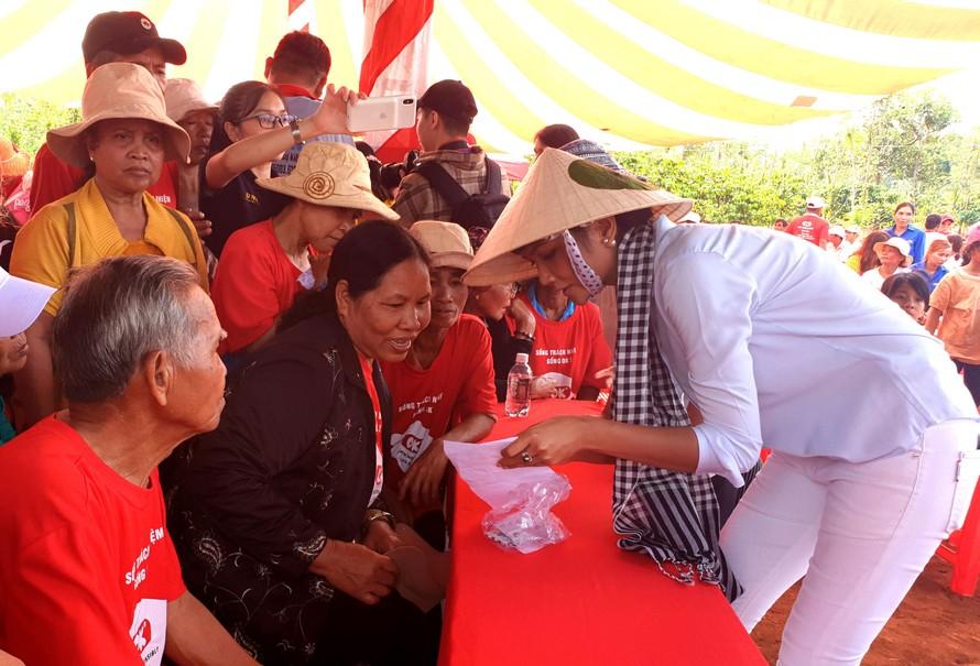 Hoa hậu H' Hen Niê hướng dẫn người dân dùng thuốc theo đơn.