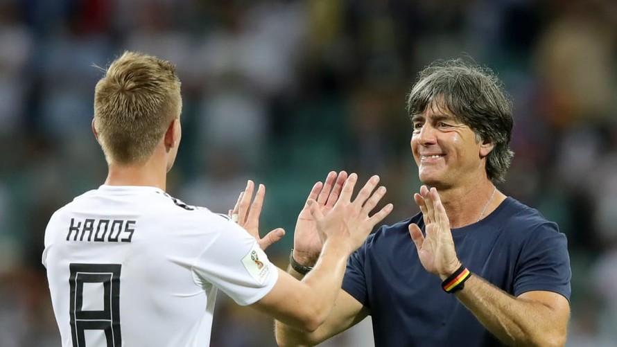 Joachim Low và Toni Kroos.