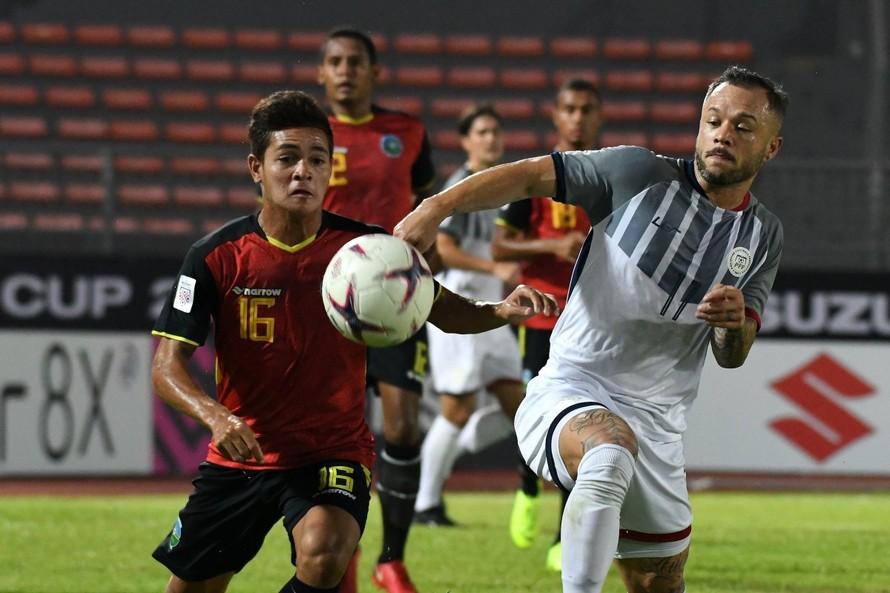 Đông Timor (áo đỏ) chính thức bị loại