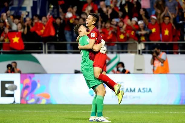 Thủ môn Văn Lâm ăn mừng cùng đồng đội