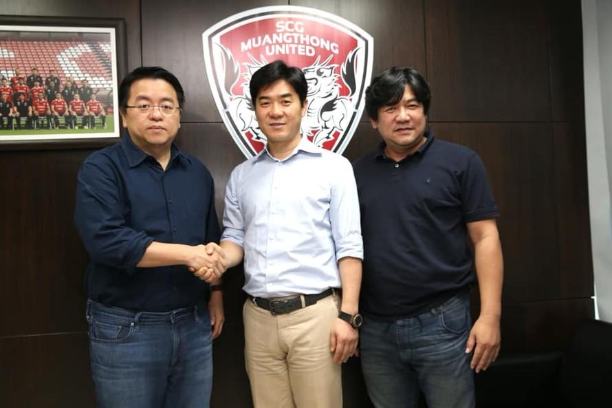 HLV Yoon Jong-hwan (giữa) ký hợp đồng với Muangthong