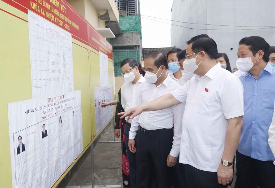 Chủ tịch Quốc hội đi kiểm tra công tác chuẩn bị bầu cử tại Tuyên Quang Ảnh: PV