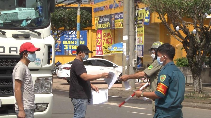Các chốt kiểm soát dựng khắp các tuyến đường ở Đồng Nai, nông sản khó vận chuyển đến nơi tiêu thụ ảnh: Mạnh Thắng