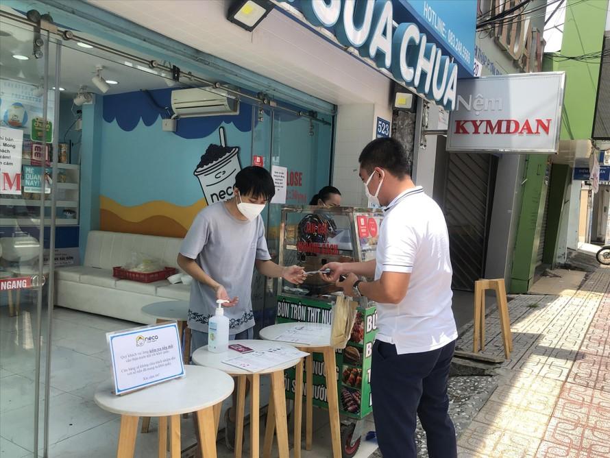 Chủ hàng quán trên đường Nguyễn Thị Thập (quận 7) phấn khởi được kinh doanh trở lại