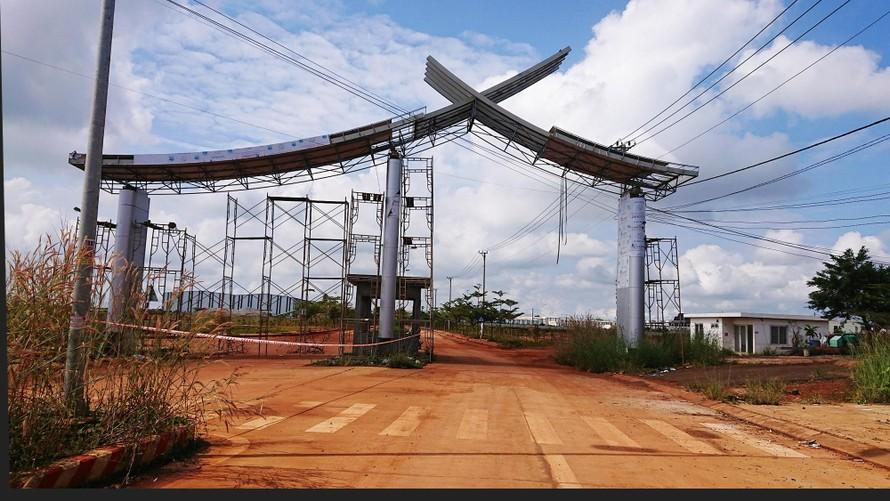 Cổng vào Dự án xây dựng cơ sở hạ tầng Khu công nghiệp Nhân Cơ
