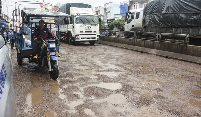 Quốc lộ 1A đoạn qua địa bàn tỉnh Bình Định bị xuống cấp nghiêm trọng chỉ sau vài cơn mưa đầu mùa tháng 10 vừa qua. Ảnh: Tr. Định