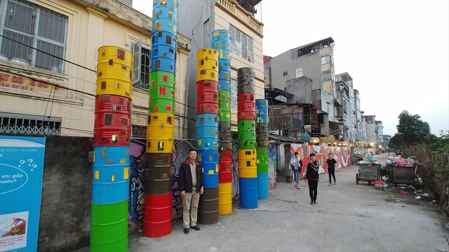 Du khách chụp lưu niệm với Thành phố ven sông của Nguyễn Ngọc Lâm ảnh: Nguyễn Thế Sơn