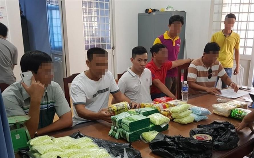 Kẻ buôn cái chế trắng (thứ ba trái sang) cùng số ma túy bị bắt giữ