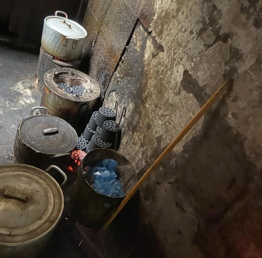 Hàng loạt lò than, nồi niêu bày khắp con ngõ chỉ rộng 1 m tại số 19 phố Hàng Lược, quận Hoàn Kiếmảnh: Võ Hóa