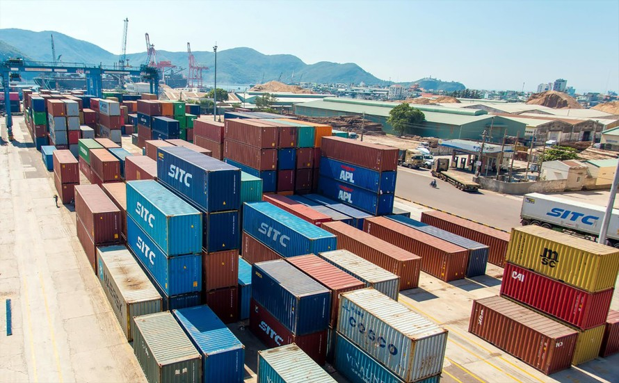 Bốc xếp hàng hóa xuất/nhập khẩu bằng container tại cảng Quy Nhơn (Bình Định). Ảnh: QK