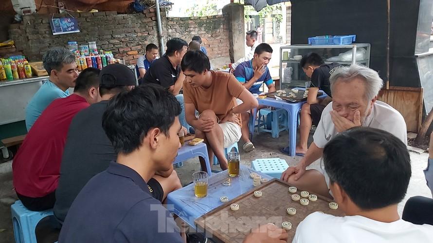 Quán trà đá tại ngã tư đường Ngụy Như Kon Tum - Lê Văn Thiêm đông kín khách sáng 8/8