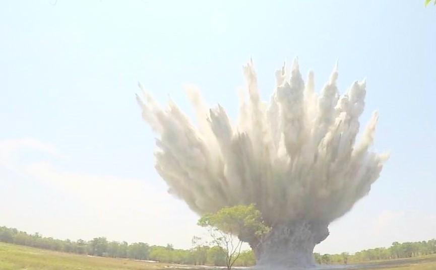 """Quả bom """"khủng"""" nặng gần 4 tạ phát hiện tại khu rừng trồng cây tràm ở Trường Phước được hủy nổ an toàn"""