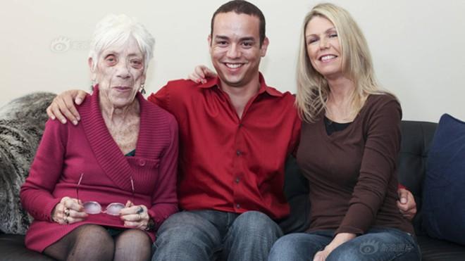 Kyle Jones (giữa) cùng mẹ (ngoài cùng bên phải) và bạn gái là bà Marjorie McCool. Ảnh: Sina
