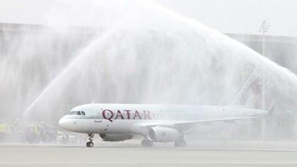 Chuyến bay A320 Sharklet A7-AHX của Qatar Airways đầu tiên tới sân bay Hamad được phun nước theo truyền thống.