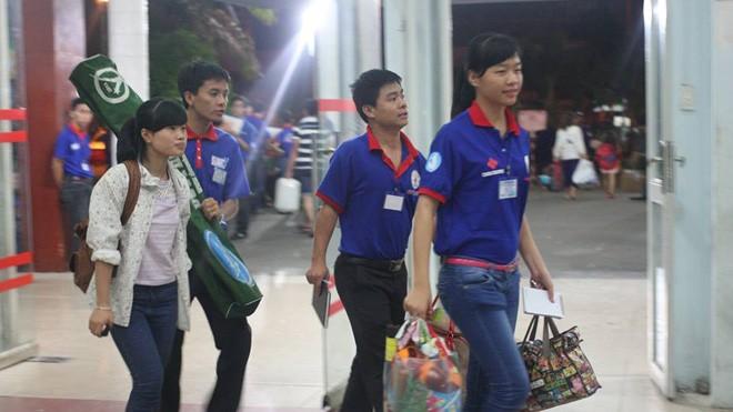 Ga Sài Gòn rực màu áo xanh tình nguyện