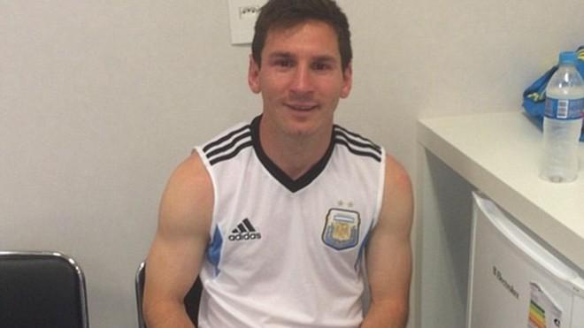 Messi khoe ảnh trong khi chờ kiểm tra doping.