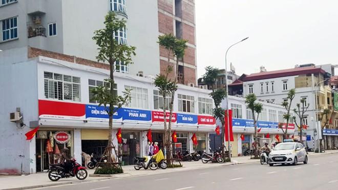 Các tấm bảng, biển quảng cáo chỉ có hai màu xanh và đỏ trên tuyến phố 1,5km Lê Trọng Tấn. Ảnh: Phan Minh.